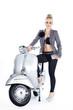 Beauty Frau mit Roller posiert Fashion