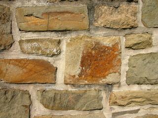 Mauer aus Naturstein in einem Haus der Fünfziger Jahre