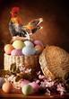 Uova di Pasqua in cesta di paglia con chioccia