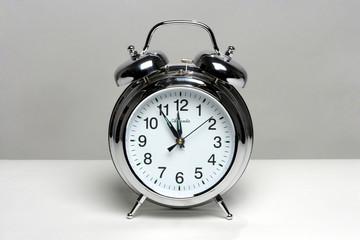 Wecker mit Uhrzeit fuenf vor zwoelf