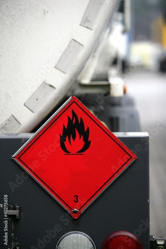 Warnschild an einem Gefahrguttransporter