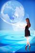 junge Frau arbeitet am virtuellen Interface