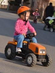 bébé jouant avec tracteur