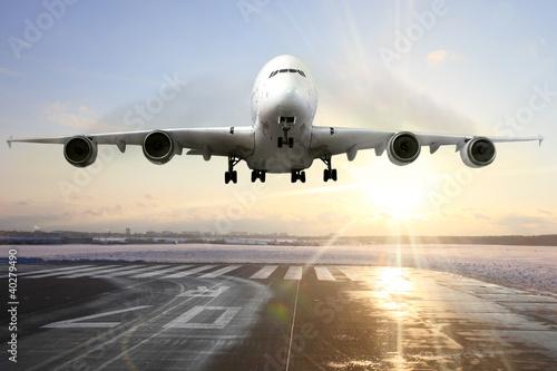 Lądowania samolot pasażerski na pasie startowym na lotnisku. Wieczór