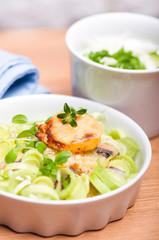 Zapiekanka z ziemniaków z sosem jogurtowym
