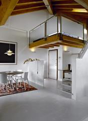 sala da pranzo moderna in mansarda e letto nel soppalco