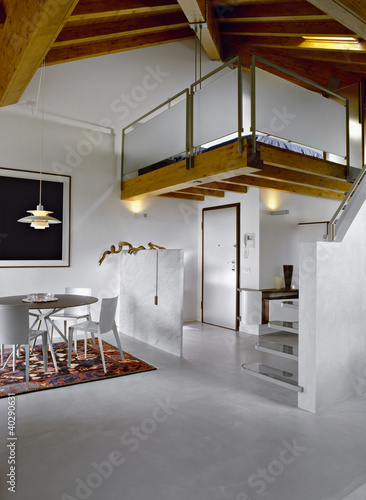 Sala da pranzo moderna in mansarda e letto nel soppalco for Sala da pranzo moderna immagini