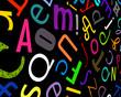 Fond noir avec des lettres colorées