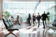 羽田空港待合室で歩く人々