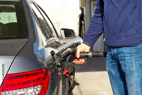Autofahrer an der Tankstelle