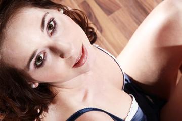 Junge Frau in Dessous blickt nach oben, close up