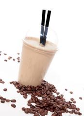 Eiskaffee mit Kaffeebohnen