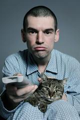 homme regardant TV avec chat