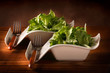 Insalata verde servita su vassoi eleganti