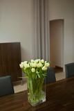 Maison, salon, intérieur, décoration, fleurs, tulipes, mobilier