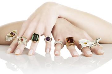 Mani femmilili con anelli