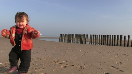 premiers pas sur la plage