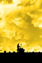 Kominiarz na dachu sylwetka