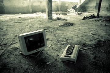 vecchio computer abbandonato