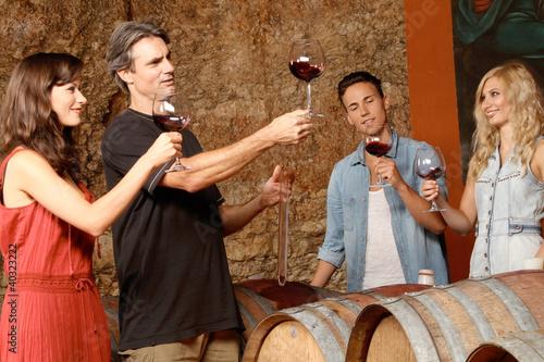Gruppe im Weinkeller