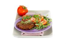 Stek z sałatką arugua soi i pomidorów