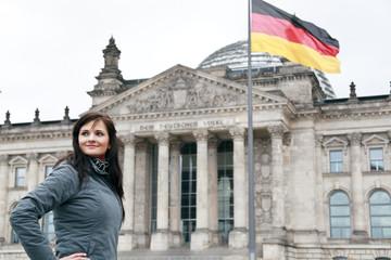 Reichstag mit junger Frau . Freisteller
