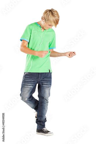 dospívající chlapec, tanec s hudbou, izolovaných na bílém