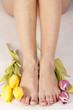 Füße und Tulpen