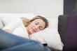 Frau schläft geborgen zuhause