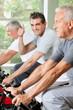 Senior im Fitnesskurs hält Daumen hoch