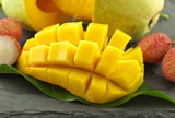 mangue et litchi sur ardoise