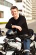 junger mann mit motorrad