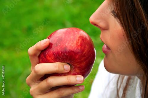 Mujer de perfil con una manzana