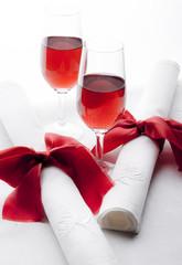 Czerwone wino w kieliszkach z serwetkami