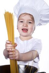 Junges Mädchen kocht Spaghetti