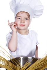 Junge Köchin bittet um Aufmerksamkeit