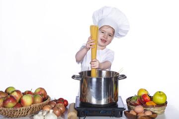 Junge Köchin kocht Spaghetti
