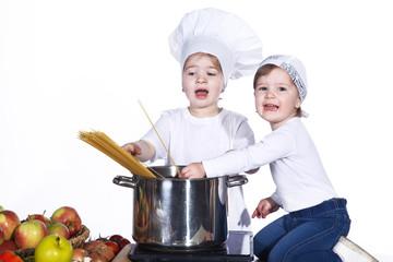 Junge Köchin mit Koch Assistenz kocht Spaghetti