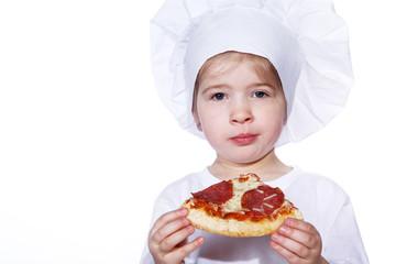 Junge Köchin isst Pizza Stück