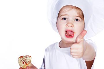 Junge Köchin isst PIzza Stück und hält Daumen hoch