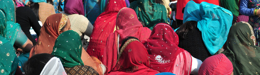 Donne orientali con copricapo indiano