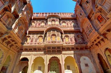 Palast von Udaipur, Innenhof, Fassaden aus Sandstein