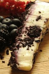 Formaggio di capra ai frutti di bosco Goat cheese with berries