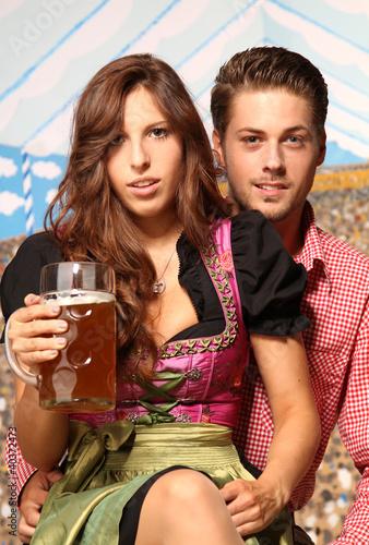 Paar im Bierzelt