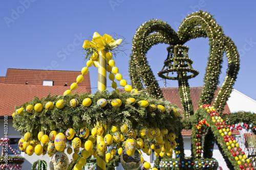 Leinwandbild Motiv osterfest in franken mit osterbrunnen