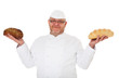 Bäcker hält Weißbrot und Vollkornbrot