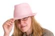 Frau mit rosa Hut