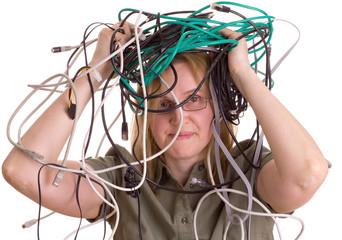 Frau im Kabel-Chaos