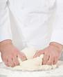Bäckermeister knetet Brotteig
