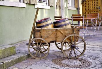 Weinfässer im Holzwagen